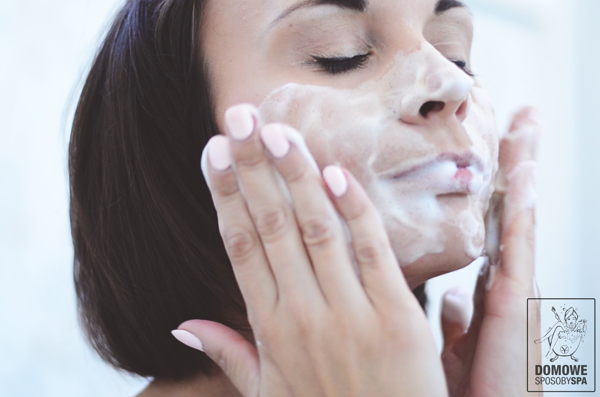 Myjesz twarz dłońmi lub wacikami? To błąd! Sprawdź dlaczego!