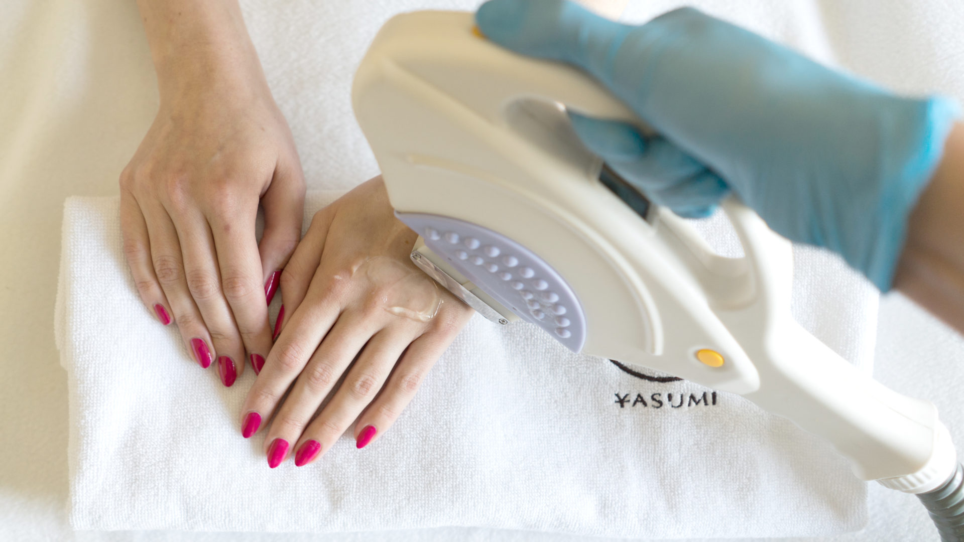 Jak odmłodzić zniszczone dłonie? Przegląd zabiegów